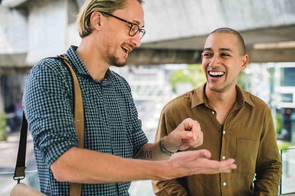 Communication non verbale entre 2 personnes avec la synchronisation