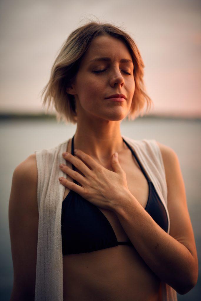 femme qui se concentre pour améliorer sa respiration